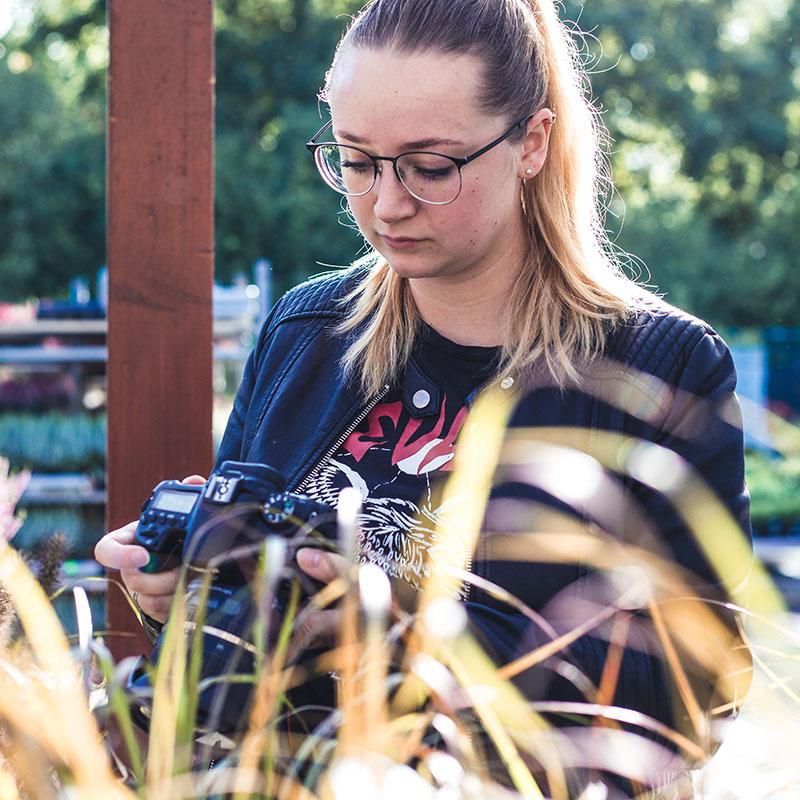 Agenturalltag: Kritischer Blick aufs Kameradisplay beim Fotoshooting
