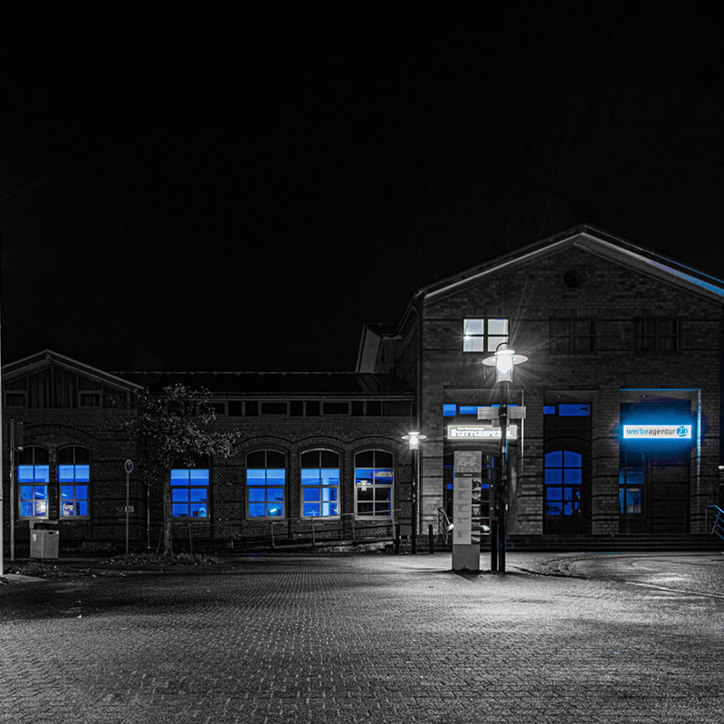 Agenturalltag: Bahnhof leuchtet blau